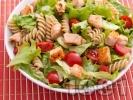 Рецепта Зелена салата с пълнозърнеста паста фузили, филе от сьомга и чери домати